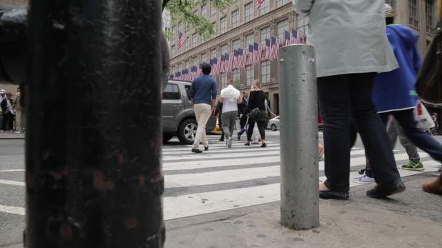 bustling 5th avenue, manhattan, new york city, new york, usa, north america - 横断する点の映像素材/bロール