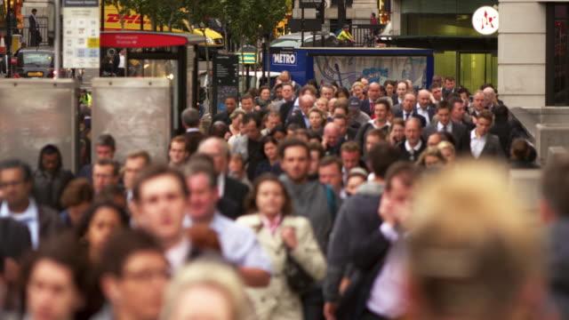 bustling street in london - 大人数点の映像素材/bロール