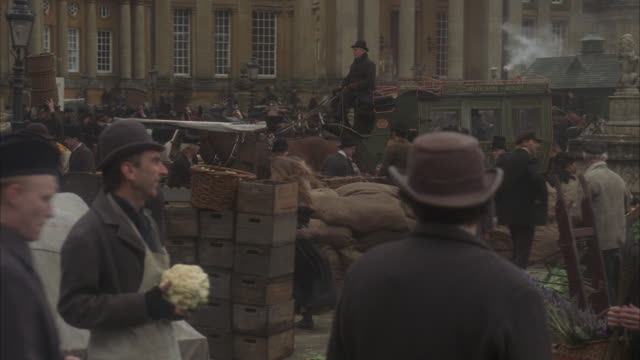 stockvideo's en b-roll-footage met ms, pan, reenactment busy 19th century food market - 19e eeuwse stijl