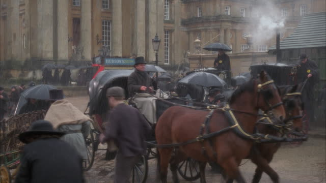 stockvideo's en b-roll-footage met ms, reenactment busy 19th century street in rain - 19e eeuwse stijl