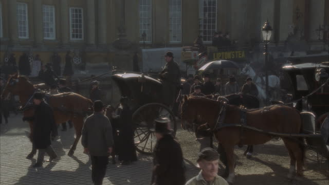 stockvideo's en b-roll-footage met ms, pan, reenactment busy 19th century street - 19e eeuwse stijl