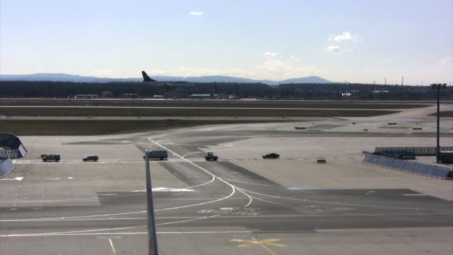 Der Flughafen Asphalt, Fahrzeuge-Laufsteg, jet landing