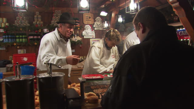 ms busy bratwurst stand at christmas market (christkindlesmarkt) / nuremberg, bavaria, germany - german culture stock videos & royalty-free footage