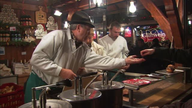 stockvideo's en b-roll-footage met ms busy bratwurst stand at christmas market (christkindlesmarkt) / nuremberg, bavaria, germany - marktkoopman