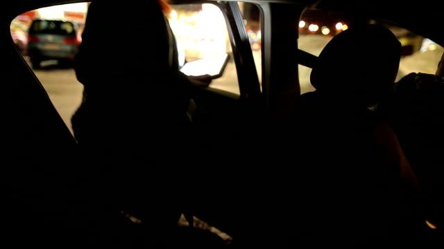 vidéos et rushes de femme d'affaires occupé à monter pour une voiture de taxi - siège arrière de passager
