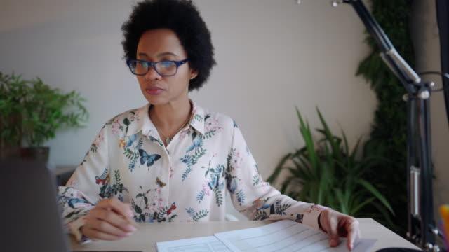 vídeos de stock, filmes e b-roll de mulher de negócios ocupada trabalhando em casa - portability