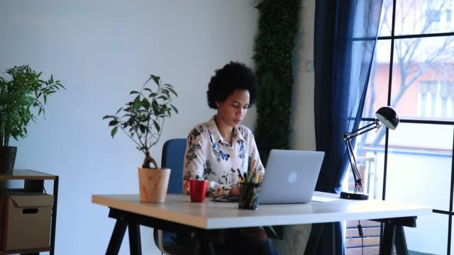 vidéos et rushes de femme d'affaires occupée travaillant de la maison - bureau ameublement