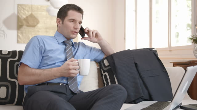 vídeos de stock, filmes e b-roll de hd dolly: empresário ocupado da manhã em casa - camisa e gravata