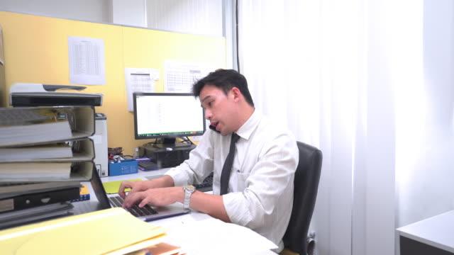 stockvideo's en b-roll-footage met drukke zakenman in the office - dossier