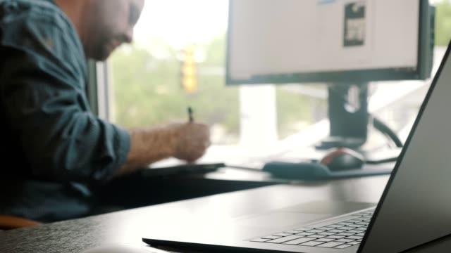 vídeos y material grabado en eventos de stock de un hombre de negocios ocupado que trabaja en su oficina - adulto de mediana edad