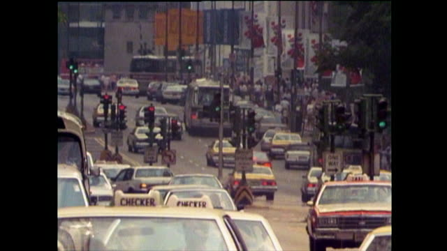 busy chicago street with cars, traffic lights and policewoman; 1989 - verkehrs leuchtsignal stock-videos und b-roll-filmmaterial