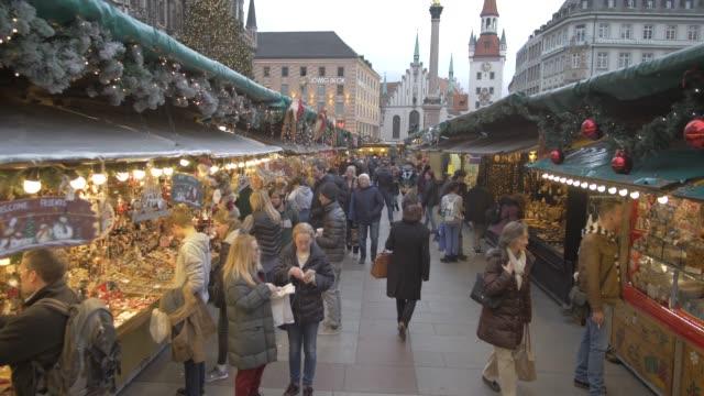 busy christmas market, marienplatz, munich, bavaria, germany, europe - rathaus stock videos & royalty-free footage