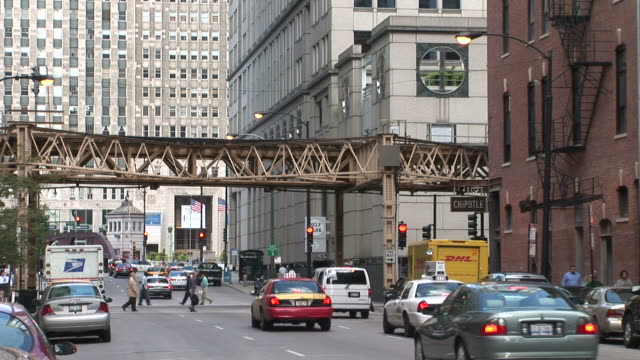 busy city at day in chicago united states - moving past点の映像素材/bロール