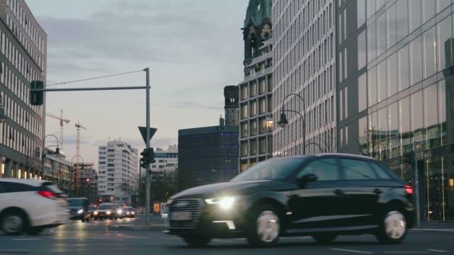 vidéos et rushes de ville occupée intersection avec la circulation et les piétons - carrefour