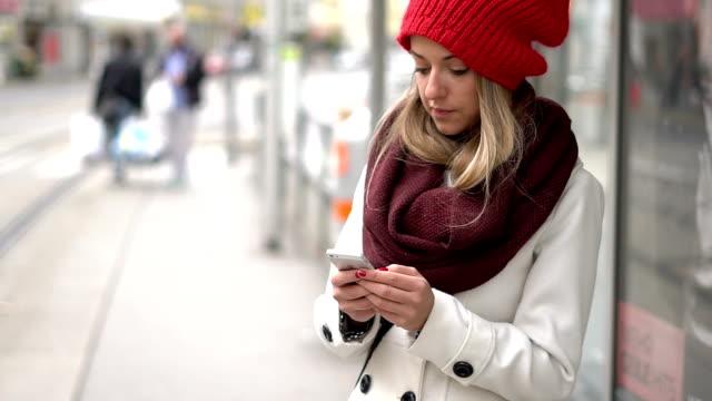 にぎやかな市内の女性 - ウィンターコート点の映像素材/bロール