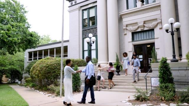 vídeos de stock e filmes b-roll de busy college campus - campus