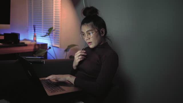 忙碌集中的亞洲年輕女子在家工作。 - 系列的一部分 個影片檔及 b 捲影像