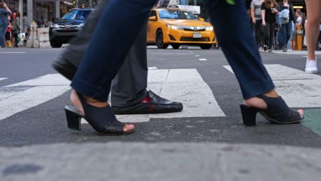vídeos de stock e filmes b-roll de busy crosswalk at time square, new york usa - táxi amarelo