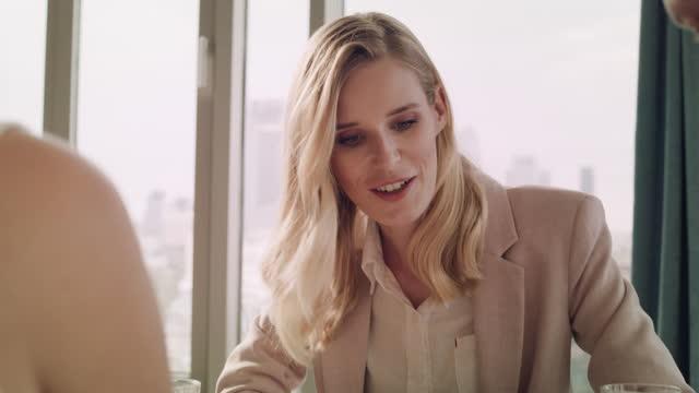 hektisk dag på kontoret. elegant affärskvinna diskuterar med team. steadycam skott - fönsterrad bildbanksvideor och videomaterial från bakom kulisserna