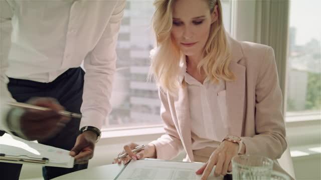 vidéos et rushes de journée chargée au bureau. groupe diversifié d'hommes d'affaires travaillant - développement