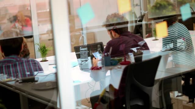 vídeos de stock e filmes b-roll de busy day at the office - relação profissional