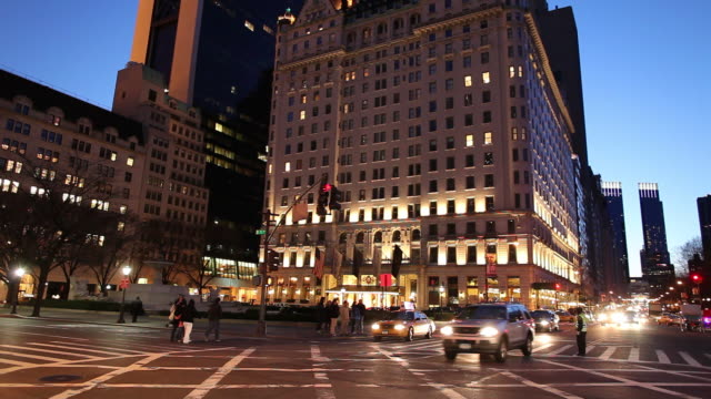 ws busy downtown street at dusk / new york city, new york, usa - ecke eines objekts stock-videos und b-roll-filmmaterial