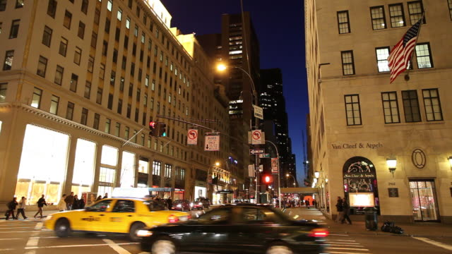 ws busy downtown street at night / new york city, new york, usa - gelbes taxi stock-videos und b-roll-filmmaterial