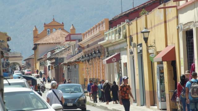 vídeos de stock e filmes b-roll de busy downtown street in san cristobal de las casas, chiapas, mexico - chiapas