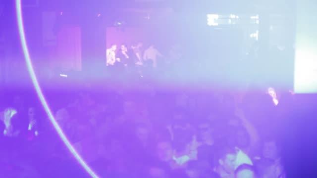 vídeos de stock e filmes b-roll de busy edm dance nightclub people dancing music club dj night rave crowd busy - luz estroboscópica