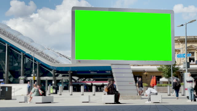 vídeos de stock, filmes e b-roll de 4k busy european city centre bus and train transport hub and shopping retail high street with advertising billboard green screen. chromakey with copy space, reading, uk - copy space