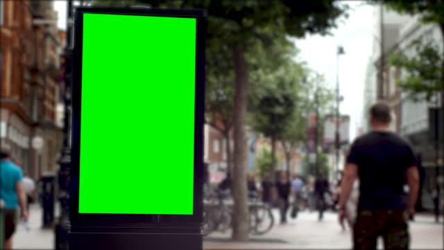 vídeos de stock, filmes e b-roll de 4k busy european city centre shopping retail high street with advertising billboard green screen. chromakey with copy space - copy space