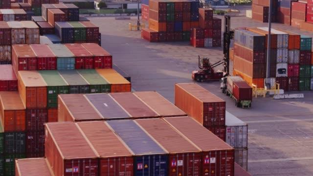 vídeos de stock e filmes b-roll de busy evening in shipping terminal - drone shot - contentor de carga