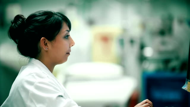 vídeos de stock, filmes e b-roll de pronto-socorro médico feminino cheio de curvas e sorri - digitar