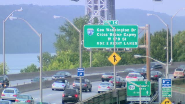 vidéos et rushes de ha busy freeway, with sign for george washington bridge exit / new york city, new york, united states - format vignette