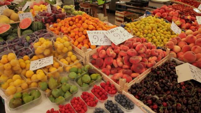 mh tu busy fruit market / venice, italy - frutta video stock e b–roll