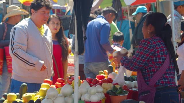 vídeos de stock e filmes b-roll de busy fruit stand at a fruit market in san cristobal de las casas, chiapas, mexico - chiapas
