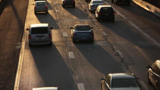 vídeos y material grabado en eventos de stock de ms busy highway cars driving to work in early morning - route 66