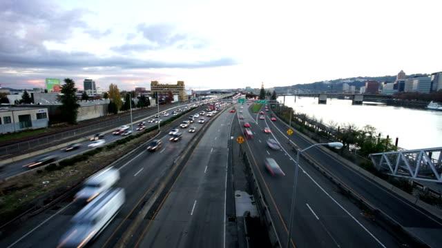autostrada trafficata vicino timelapse fiume - oregon stato usa video stock e b–roll
