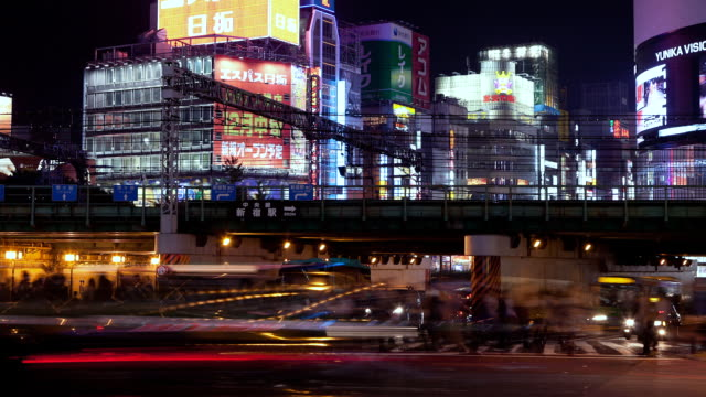 vidéos et rushes de ms t/l busy intersection and train over passing in shinjuku business and entertainment district / tokyo, japan - carrefour