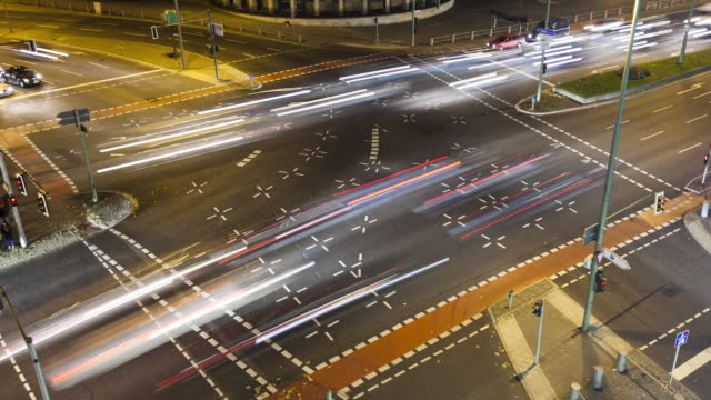 ws zi t/l busy intersection at night / berlin, berlin, germany - berlin stock-videos und b-roll-filmmaterial