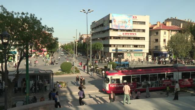 vídeos de stock e filmes b-roll de busy intersection, konya, turkey - linha do elétrico