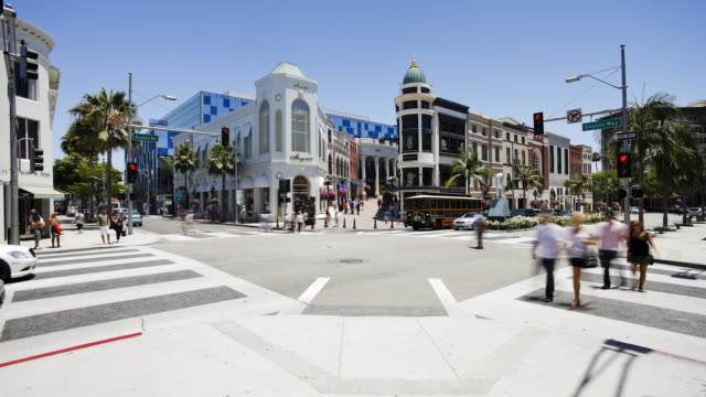 busy intersection on rodeo drive, beverly hills, los angeles, california, united states of america, north america, time-lapse  - beverly hills bildbanksvideor och videomaterial från bakom kulisserna