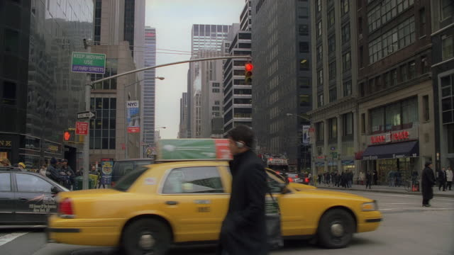 ws a busy intersection with pedestrians and traffic / new york city, new york, united states - 闊銀幕 個影片檔及 b 捲影像