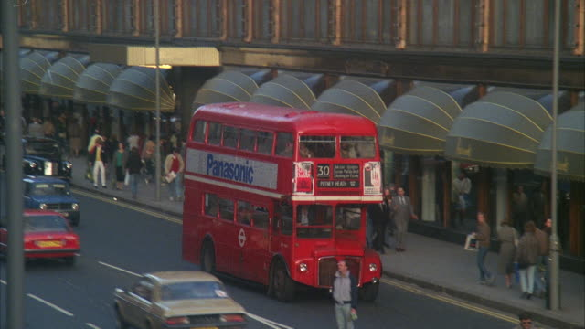ms  busy london street - autobus a due piani video stock e b–roll