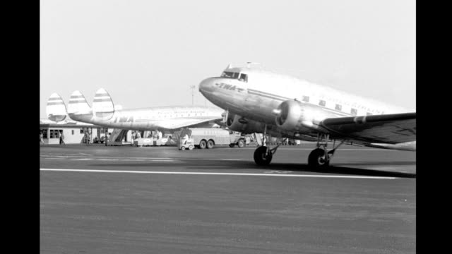 busy los angeles airport planes taxi on runway board passengers lax busy airport planes taxi on runway on january 01 1949 in los angeles california - twa video stock e b–roll