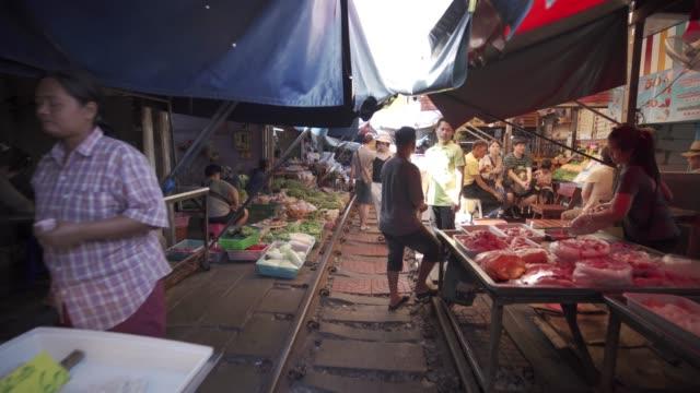busy maeklong railway market, bangkok, thailand, southeast asia, asia - marktstand stock-videos und b-roll-filmmaterial