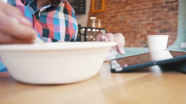 stockvideo's en b-roll-footage met drukke man met behulp van een digitaal tablet. - freelancer