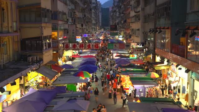 vidéos et rushes de busy market street in mong kok by night, hong kong - mong kok