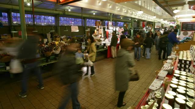 vídeos de stock, filmes e b-roll de a busy marketplace - pike place market