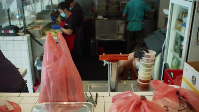 vidéos et rushes de cuisine de restaurant mexicain occupée pendant covid-19 lockdown - repas à emporter